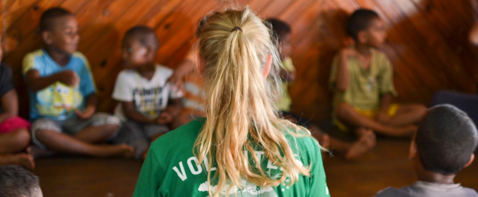 Voluntaria internacional durante su viaje de voluntariado en Fiyi